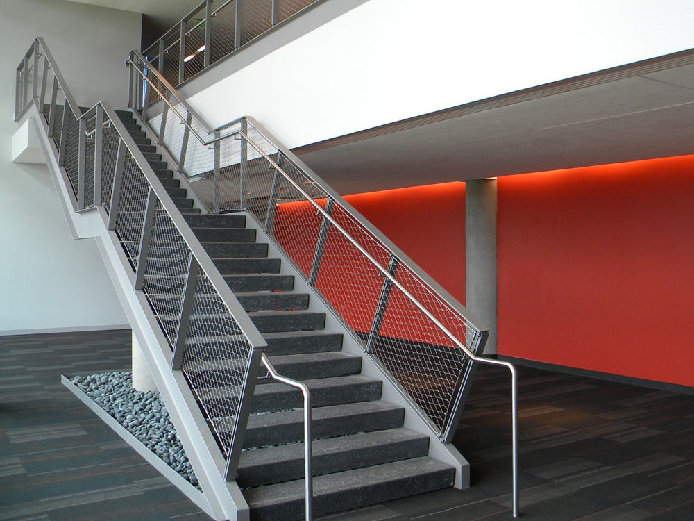 NAU - flexible stainless steel mesh in painted steel frame. Stainless steel handrail.